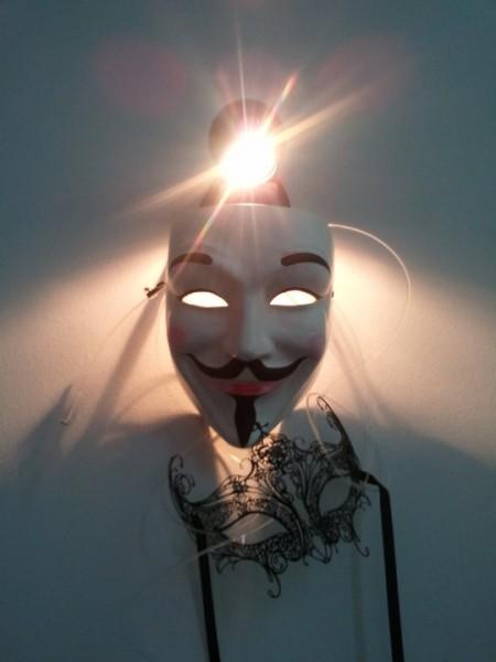Anonymous-Maske/Guy-Fawkes- Maske Symbol der Occupy-Bewegung. Mit venezianischer Halbmaske.