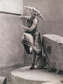 Lizica Codreanu (1901–1993, Tänzerin, Paris Dada) tanzte im Juli 1923 beim letzten Pariser Dada-Spektakel im Théâtre Michel zu einem Zaoum-Gedicht von Iliazd in einem Kostüm von Sonia Delaunay zur Musik von Georges Auriac. Collection François Fontenoy, Paris